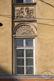 Просп. Свободи, 1-3. Оздоблення вікна ІІ-го пов. з ліпною міжвіконною тафлею над ним
