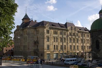 Вул. Руська, 20. Вид на головний фасад будинку. На передньому плані - фрагмент Успенської церкви, а на дальньому - будинок міського Арсеналу.