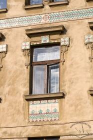 Вул. Руська, 20. Сецесійне обрамлення вікна ІІІ пов. з використанням майолікової плитки