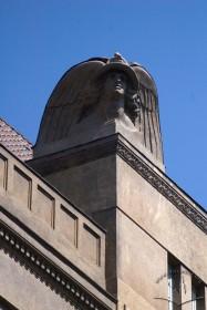 Вул. Коперника, 4. Скульптура Меркурія над центральним пристінком