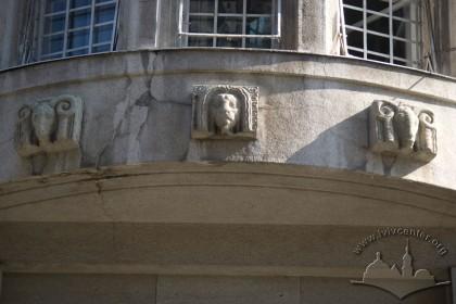 Вул.Гнатюка, 2. Скульптури в нижній частині еркера
