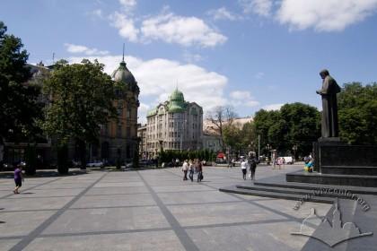 Просп. Свободи. У центрі фото - будинок на вул. Гнатюка, 2, справа - пам'ятник Т. Шевченку