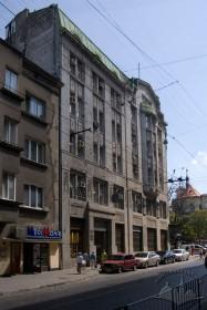 Вул.Гнатюка, 2. Вид на бічний фасад будинку. На дальньому плані — кол. костел Єзуїтів