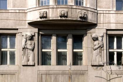 Вул.Гнатюка, 2. Скульптури на бічному фасаді (в рівні ІІ-го поверху)