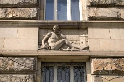 Вул. Листопадового чину, 8. Вставка над вікном 1-го поверху, що уособлює промисловість