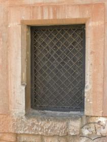 Вул. Підвальна, 5. Вікно ІІ поверху арсеналу з білокам'яним готичним обрамленням з фасками.