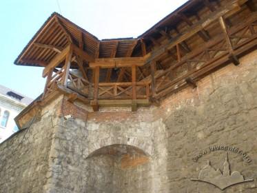 Вул. Підвальна, 5. Тромп підтримує оборонну галерею в місці переходу з Високого муру на Вежу Токарів і Поворозників.