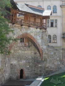 Вул. Підвальна, 5. Готична арка, що забезпечує перехід в місці повороту кутової Шевської вежі до перпендикулярного прясла Високого муру.