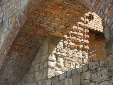 Вул. Підвальна, 5. Готична арка при Високому мурі. Реконструкція готичної цегли.