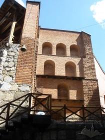 Вул. Підвальна, 5. Незавершена реконструкція Шевської вежі. Показано напрям повороту Високого муру вздовж вул. Братів Рогатинців.