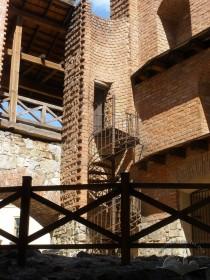 Вул. Підвальна, 5. Металеві гвинтові сходи вторинного використання з будинку ХІХ ст., вмонтовані в Шевську вежу.