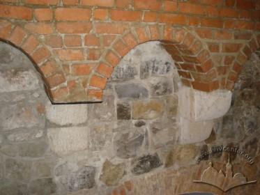 Вул. Підвальна, 5. Машикулі Високого муру зі слідами зрубаних кронштейнів. Вигляд з інтер'єру.