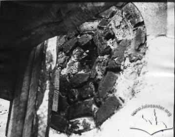 Вул. Підвальна, 5. Розкриття волюти на фронтоні північного фасаду