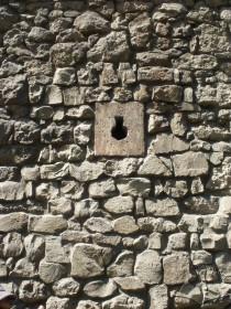 Вул. Підвальна, 5. Білокам'яна ключовидна бійниця в І ярусі арсеналу, східний фасад.