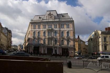Пл. Міцкевича, 1. Вид на головний фасад
