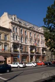 Просп. Свободи, 13. Головний фасад будинку готелю, вигляд з південного сходу