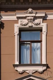 Просп. Свободи, 13. Вікно IV-го поверху