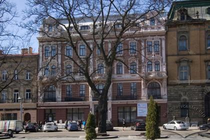 Просп. Свободи, 13. Вид на головний фасад будинку