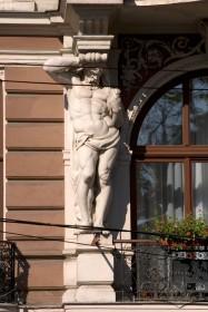 Просп. Свободи, 13. Скульптура одного з атлантів, що підтримують балкон ІІІ-го пов.
