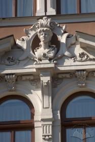 Просп. Свободи, 13. Фрагмент скульптурного сандрика над вікнами ІІІ-го пов. на пристінку