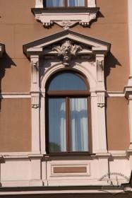 Просп. Свободи, 13. Вікно ІІІ-го поверху