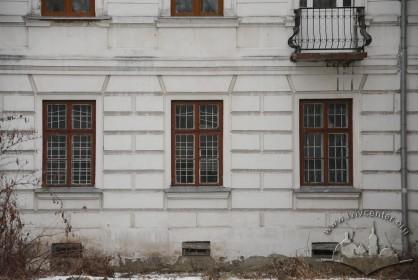 Вул. Стефаника, 11. Вікна 1-го поверху на тильному фасаді