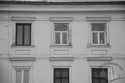 Вул. Стефаника, 11. Вікна 4-го поверху на тильному фасаді