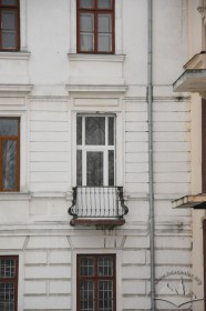 Vul. Stefanyka, 11. A self-made balcony replacing a window