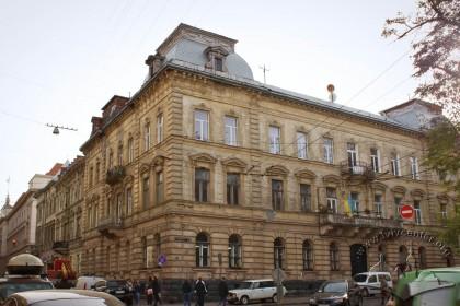 Вул. Крушельницької, 1. Загальний вигляд будинку з північного боку