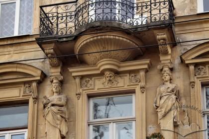 Вул. Крушельницької, 1. Фрагмент головного фасаду: центральна вісь підкреслена балконом та ліпниною з жіночими гермами