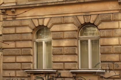 Вул. Крушельницької, 1. Вікна 1-го поверху з автентичною столяркою