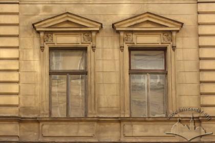 Вул. Крушельницької, 1. Вікна 2-го поверху