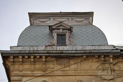 Вул. Крушельницької, 1. Завершення наріжної частини будинку із заламаним шатровим дахом