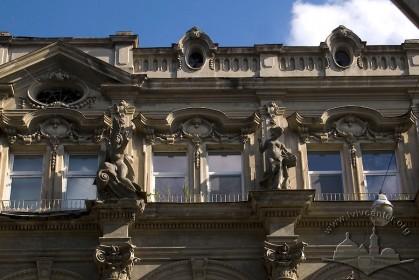 Вул. Дорошенка, 19. Фрагмент фасаду (4-ий поверх)