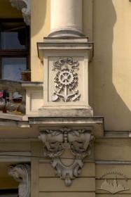 Prosp. Svobody, 35. A fragment of the sculptural decor