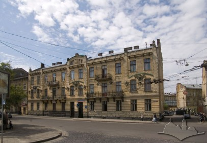 Вул. Руставелі, 8-8а. Вид на головний фасад з пл. Петрушевича