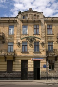Вул. Руставелі, 8-8а. Фрагмент головного фасаду з входами до обох будинків