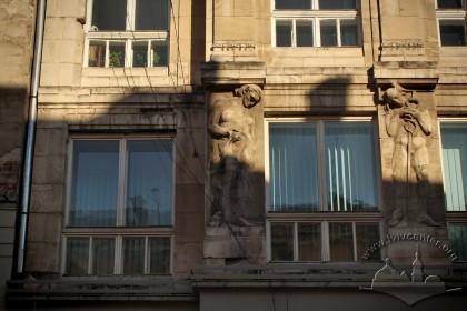 Вул. Галицька, 21. Фрагмент західного фасаду в рівні 2-го поверху. Барельєфи роботи Зиґмунта Курчинського