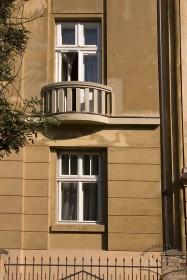 Вул. Паркова, 14. Крайні вікно і балкон на головному фасаді (1-2 поверхи)