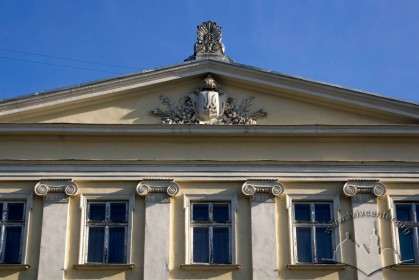 Vul. Vynnychenka, 14-16. Pediment above the central part of the building