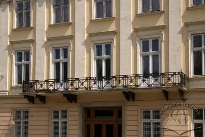 Vul. Vynnychenka, 14-16. Balcony above the entrance in the center of the facade