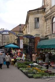 Пл. Галицька, 10. Вхід на Галицький ринок зі сходу від палацу