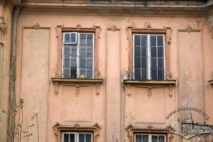 Пл. Галицька, 10. Фрагмент головного фасаду з декором в стилі арт деко
