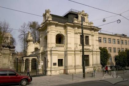 Вул. Коперника, 40а. Справа - будинок школи, спорудженої у 1970-х рр.