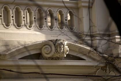 Вул. Коперника, 40а. Сандрик з маскароном над головним порталом