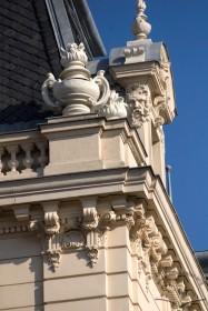 Вул. Коперника, 15. Деталь завершення фасаду з карнизом на модульйонах, аттиком з балюстрадами, люкарною
