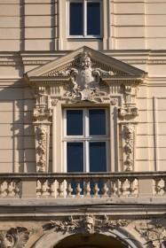 Вул. Коперника, 15. Вікно-двері на 2-му поверсі над портиком входу. Посеред сандрика вікна - картуш з гербом Потоцьких - Пилявою.