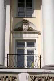 Вул. Коперника, 42. Вікно-двері 2-го пов. з гербом Єліта (графів Більських) у картуші