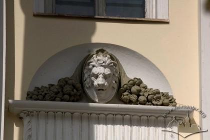 Вул. Коперника, 42. Декор над вікном-дверима 2-го поверху