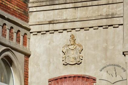 Вул. Глібова, 12. Герб над балконними дверима на головному фасаді
